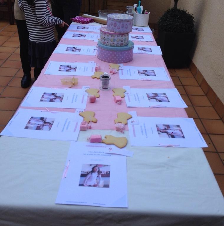 La mesa preparada esperando a l@s artista@as